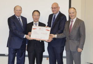 מימין: עו״ד  זאב וייס, אורי תדמור, השגריר קוג׳י טומיטה ושמואל שניצר.